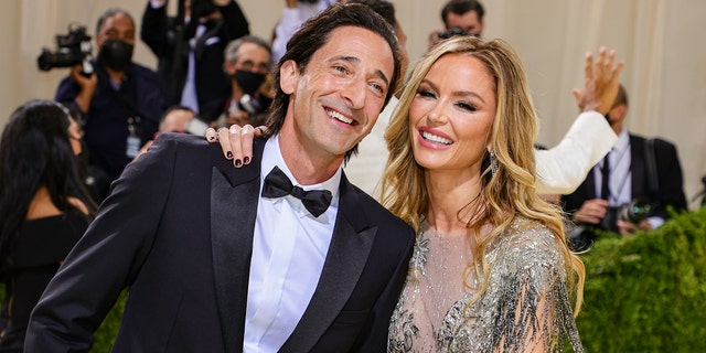 Adrien Brody and Georgina Chapman attend The 2021 Met Gala Celebrating In America: A Lexicon Of Fashion at Metropolitan Museum of Art on September 13, 2021 뉴욕시.