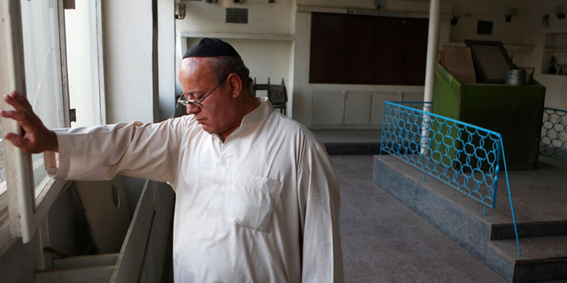 EXPEDIENTE: Zebulon Simentov, the last known Jew living in Afghanistan, closes the window to the synagogue he cares for in his Kabul home.
