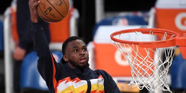 Tiền đạo Andrew Wiggins của Golden State Warriors khởi động trước trận play-in NBA với Los Angeles Lakers tại Staples Center.