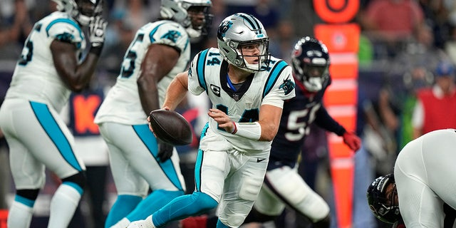 Carolina Panthers quarterback Sam Darnold (14) scrambles out of the pocket against the Houston Texans during the first half of an NFL football game Thursday, 9月. 23, 2021, in Houston.