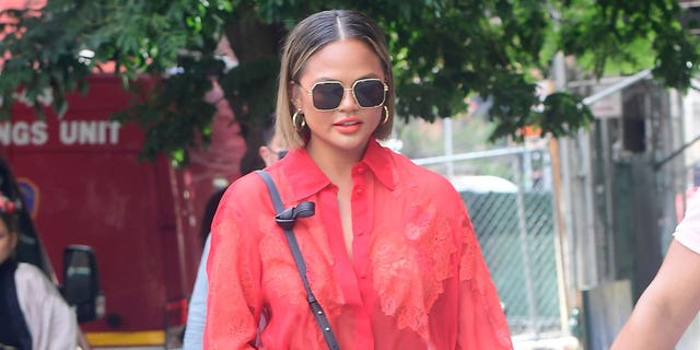 Chrissy Teigen is seen walking in SoHo on August 20, 2021 在纽约市. The model revealed she had fat removed from her cheeks by Dr. Diamond.