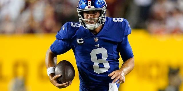 New York Giants quarterback Daniel Jones runs downfield with the ball during the first half of an NFL football game against the Washington Football Team, giovedi, Sett. 16, 2021, in Landover, Md. (AP Photo / Patrick Semansky)