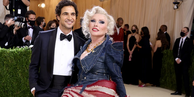 Zac Posen and Debbie Harry attend The 2021 Met Gala Celebrating In America: A Lexicon Of Fashion at Metropolitan Museum of Art on September 13, 2021 ニューヨーク市で.