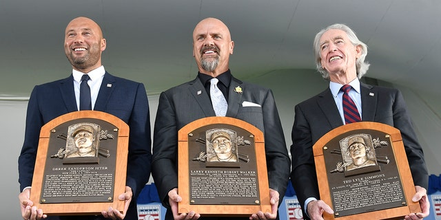 Hall of Fame inductees, 从左起, Derek Jeter, Larry Walker and Ted Simmons hold their plaques for photos after the induction ceremony at Clark Sports Center on Wednesday, 九月. 8, 2021, at the National Baseball Hall of Fame in Cooperstown, 。. (AP Photo/Hans Pennink)