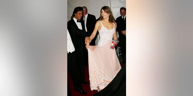 Actriz Elizabeth Hurley և Socia Arun Nayar en la Gala Benéfica del Metropolitan Art Institute of Costume Institute 'AngloMania.  Tradición y transgresión en la moda británica en el Metropolitan Museum of Art el 1 de mayo de 2006 en Nueva York.