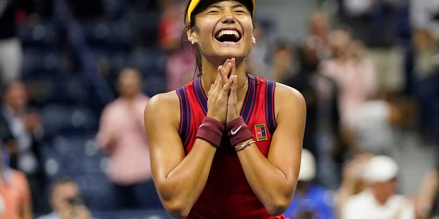 Emma Raducanu, of Great Britain, reacts after defeating Maria Sakkari, of Greece, during the semifinals of the US Open tennis championships, Donderdag, Sept.. 9, 2021, In New York. (AP Photo/Frank Franklin II)