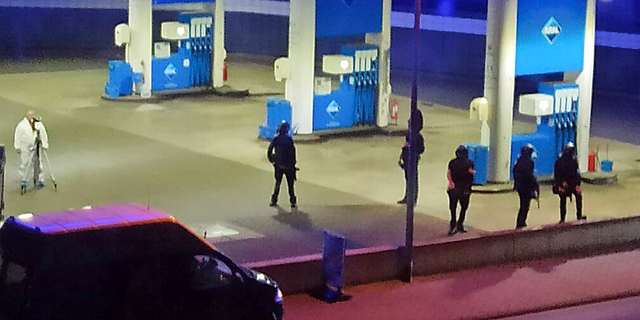 Police officers secure a gas station in Idar-Oberstein, Duitsland, Sondag, Sept.. 19.