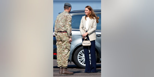 Catherine, Duchess of Cambridge, meets those who supported the U.K.'s evacuation of civilians from Afghanistan during a visit to RAF Brize Norton on Sept. 15 in Brize Norton, Engeland.