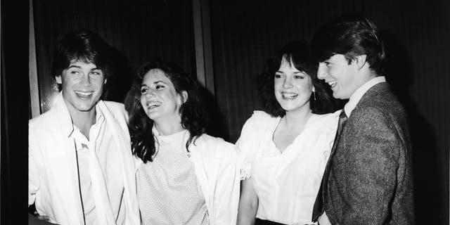 左: Actors Rob Lowe, Melissa Gilbert, Michelle Meyrink, and Tom Cruise smile while attending a screening of the film 'In The Custody of Strangers' at the Samuel Goldwyn Theatre, 比佛利山庄, 加利福尼亚州, 四月 22, 1982.