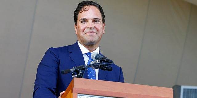 Mike Piazza gives his induction speech at Clark Sports Center during the Baseball Hall of Fame induction ceremony on July 24, 2016 in Cooperstown, ニューヨーク.  (ゲッティイメージズ)