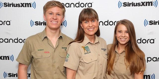 Bindi Irwin (derecho) with her mother Terri and brother Robert.