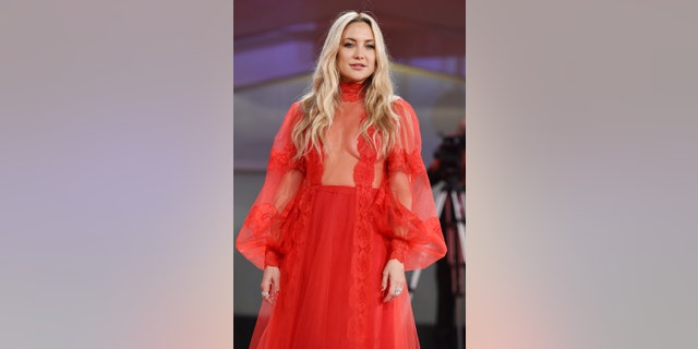 Kate Hudson's bold, floor-length red gown from the Valentino Resort 2022 コレクション.