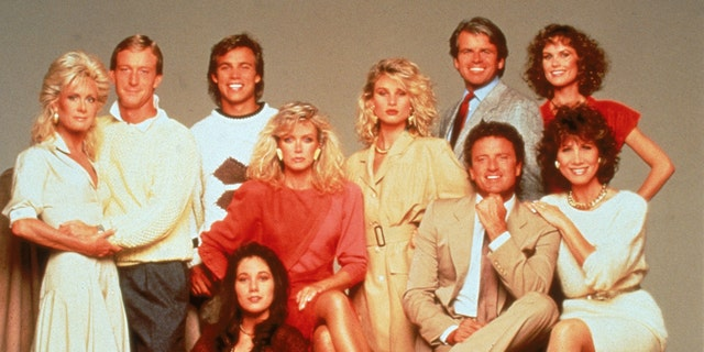 The cast of the American prime time television soap opera 'Knots Landing' pose for a publicity still, およそ 1980.