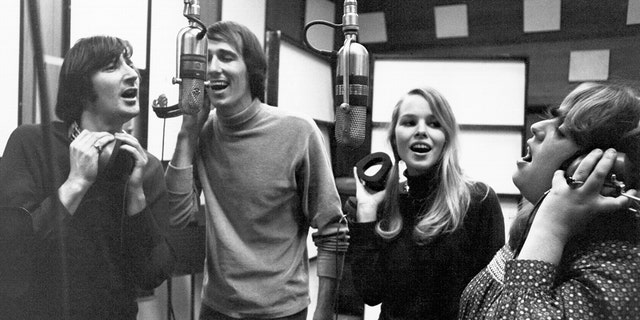 The Mamas and the Papas, およそ 1967. Left to right:  Denny Doherty, John Phillips, Michelle Phillips, Cass Elliot.