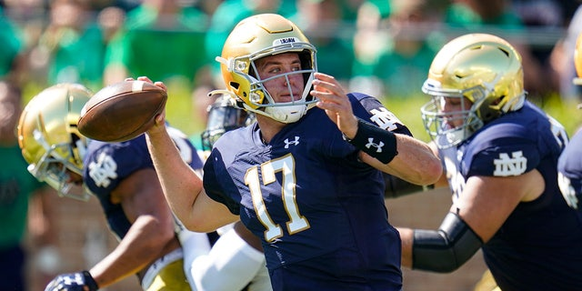 Notre Dame quarterback Jack Coan (17) throws against Purdue during the first half of an NCAA college football game in South Bend, Indiana, sábado, Septiembre. 18, 2021.