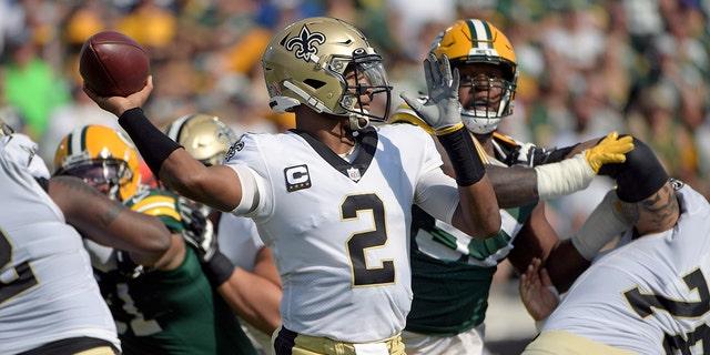Le quart-arrière des New Orleans Saints Jameis Winston (2) lance une passe pendant la première mi-temps d'un match de football de la NFL contre les Packers de Green Bay, le dimanche 12 septembre 2021, à Jacksonville, en Floride (AP Photo/Phelan M. Ebenhack)