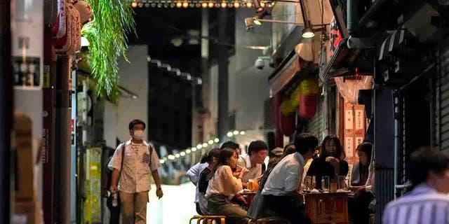Mensen verzamelen zich in open bars en alcoholische dranken worden geserveerd in een bondgenoot vol bars en restaurants.