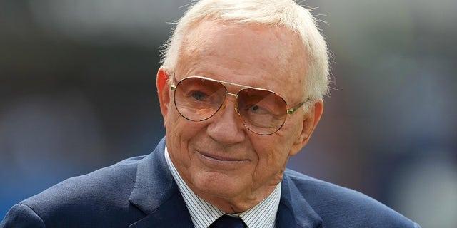 Ngày 19 tháng 9 năm 2021;  Inglewood, California, Hoa Kỳ;  Chủ sở hữu của Dallas Cowboys, Jerry Jones trước trận đấu với Los Angeles Chargers tại sân vận động SoFi.