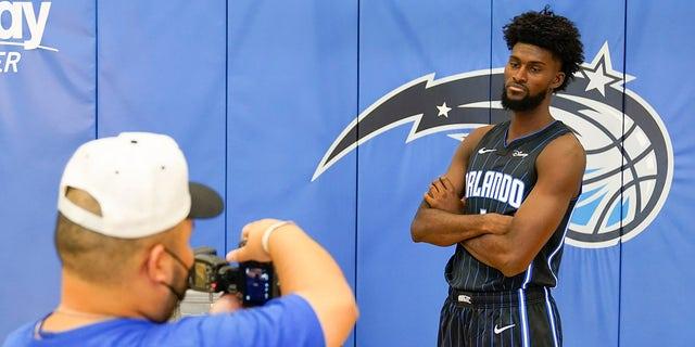 Tiền đạo Jonathan Isaac của Orlando Magic chụp ảnh trong ngày truyền thông bóng rổ NBA, Thứ Hai, ngày 27 tháng 9 năm 2021, tại Orlando, Florida.