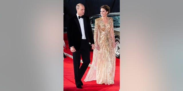 Hoàng tử William và Kate Middleton tại buổi ra mắt phim 'No Time to Die'.  Chiếc váy của Middleton giống chiếc váy được mẹ quá cố của William là Công nương Diana mặc tại buổi ra mắt phim 'A View to a Kill' năm 1985.