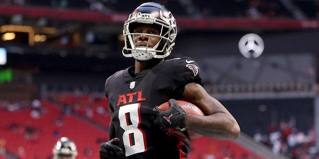 八月 29, 2021; 亚特兰大, 佐治亚州, 美国; Atlanta Falcons tight end Kyle Pitts (8) catches a pass during warmups before their game against the Cleveland Browns at Mercedes-Benz Stadium.