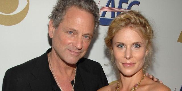 リンジーバッキンガムと彼の妻クリステンメスナーは、離婚を申請してから3か月後に結婚に「取り組んでいます」.