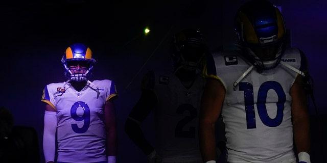 Los Angeles Rams quarterback Matthew Stafford (9) waits alongside wide receiver Cooper Kupp (10) before an NFL football game against the Chicago Bears, Domenica, Sett. 12, 2021, in Inglewood, Calif. (AP Photo/Marcio Jose Sanchez)