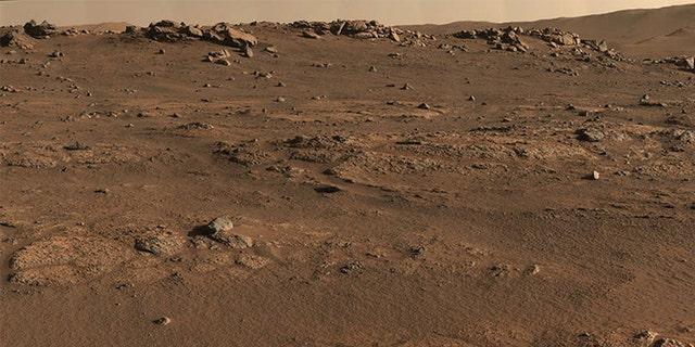 Le rover Perseverance Mars a utilisé le système de caméra Mastcam-Z pour créer ce panorama aux couleurs améliorées, que les scientifiques ont utilisé pour rechercher des sites d'échantillonnage de roches.  Le panorama a été reconstitué à partir de 70 images individuelles prises le 28 juillet 2021, le 55e jour Sol ou jour Sol de la mission.