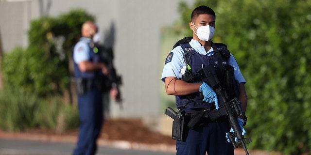 3 सितंबर, 2021 को ऑकलैंड, न्यूज़ीलैंड में एक बड़े पैमाने पर छुरा घोंपने की घटना के बाद सशस्त्र पुलिस काउंटडाउन लिनमॉल के आसपास के क्षेत्र में गश्त करती है।  (गेटी इमेजेज)
