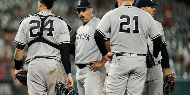 New York Yankees starting pitcher Nestor Cortes Jr., second from left, looks on from the mound moments before being pulled from the game against the Baltimore Orioles during the seventh inning of a baseball game, Woensdag, Sept.. 15, 2021, in Baltimore.