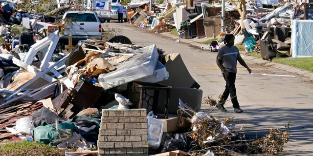Lyndell Scott walks past the debris of his gutted home in the aftermath of Hurricane Ida in LaPlace, 그만큼., 금요일, 씨족. 10, 2021.