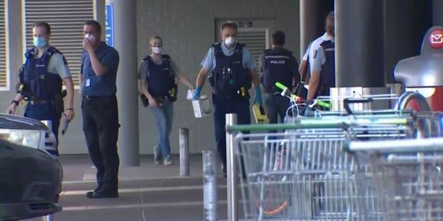 पुलिस शुक्रवार, 3 सितंबर, 2021 को ऑकलैंड के एक सुपरमार्केट के बाहर के दृश्य की जांच करती है, जिसमें न्यूजीलैंड के अधिकारियों का कहना है कि उन्होंने एक हिंसक चरमपंथी की गोली मारकर हत्या कर दी, जब वह एक सुपरमार्केट में घुस गया और देश के प्रधान मंत्री ने एक आतंकवादी हमले में छह दुकानदारों को छुरा घोंपा और घायल कर दिया। .