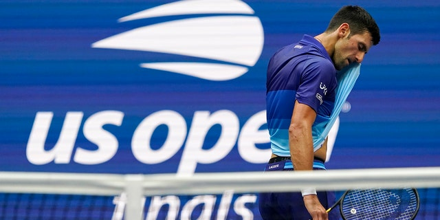 Novak Djokovic, della Serbia, wipes sweat from his face between serves from Daniil Medvedev, della Russia, during the men's singles final of the US Open tennis championships, Domenica, Sett. 12, 2021, in New York. (AP Photo/Elise Amendola)