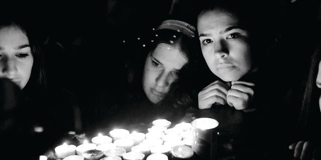 Świętość i sens objawia się zapalaniem świec na pamiątkę zmarłych.