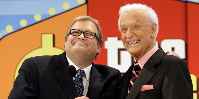 'The Price is Right' show host, comedian Drew Carey, izquierda, appears with longtime former host Bob Barker at the CBS Studio Center in Los Angeles on March 25, 2009.