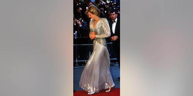 Công nương Diana mặc một chiếc váy ánh bạc lung linh với tạo hình tương tự trong buổi ra mắt năm 1985 của một bộ phim khác về Bond, 'A View to a Kill'.