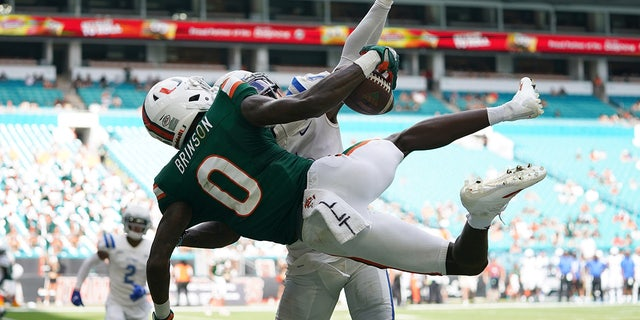 Miami Hurricanes wide receiver Romello Brinson (0) makes a catch for a touchdown over the defense of Central Connecticut State Blue Devils cornerback Dexter Lawson Jr. (10) during the second half at Hard Rock Stadium Saturday, 九月. 25, 2021.