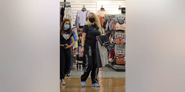 Erika Jayne pictured shopping at TJ Maxx in Pasadena, Kalifornië. The reality TV star was reportedly interrupted periodically by phone calls.