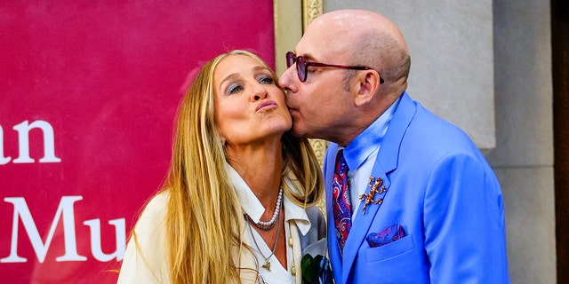 """Sarah Jessica Parker and Willie Garson are seen filming """"그리고 그냥 ..."""" the follow up series to """"섹스 앤 더 시티"""" 칠월 23, 2021."""