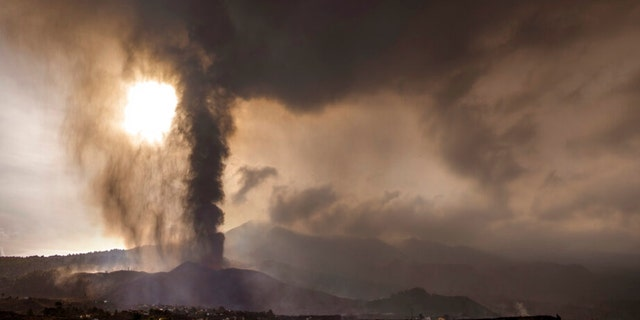 Лава течет в результате извержения вулкана на острове Ла-Пальма на Канарских островах, Испания, среда, 22 сентября 2021 года.