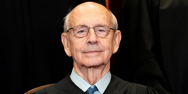 FILE PHOTO: Associate Justice Stephen Breyer poses during a group photo of the Justices at the Supreme Court in Washington, 4 월 23, 2021. Erin Schaff/Pool via REUTERS/File Photo