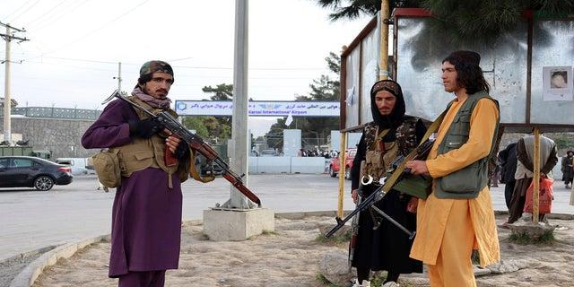 अफगानिस्तान के काबुल में मंगलवार को अमेरिका की वापसी के बाद हामिद करजई अंतरराष्ट्रीय हवाई अड्डे के सामने तालिबान लड़ाके पहरा देते हैं।