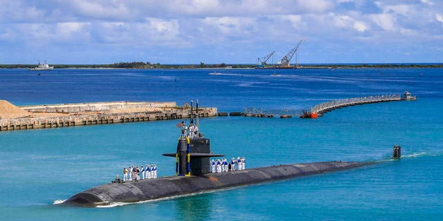 In this photo provided by U.S. 海軍, the Los Angeles-class fast attack submarine USS Oklahoma City (SSN 723) returns to U.S. Naval Base in Guam, 8月. 19, 2021. (Mass Communication Specialist 3rd Class Naomi Johnson/U.S. Navy via AP)