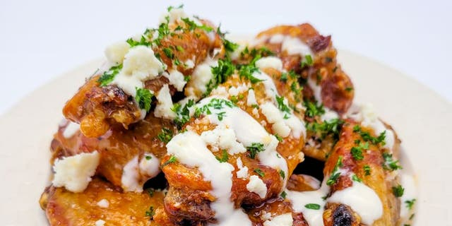 Trendgredient.com's Alea Chappell shares her crispy chicken wing recipe with Fox News.