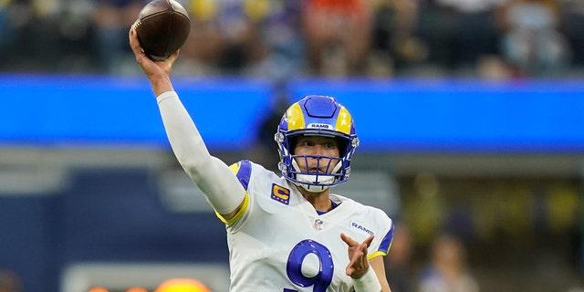 Le quart-arrière des Rams de Los Angeles, Matthew Stafford, lance une passe lors de la première mi-temps d'un match de football de la NFL contre les Bears de Chicago, le dimanche 12 septembre 2021, à Inglewood, Californie (AP Photo/Jae C. Hong)