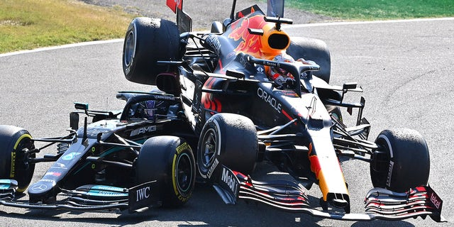 MONZA, ITALY - SEPTEMBER 12: Max Verstappen of the Netherlands driving the (33) Red Bull Racing RB16B Honda and Lewis Hamilton of Great Britain driving the (44) Mercedes AMG Petronas F1 Team Mercedes W12 crash during the F1 Grand Prix of Italy at Autodromo di Monza on September 12, 2021 in Monza, 이탈리아. (Photo by Peter Van Egmond/Getty Images)