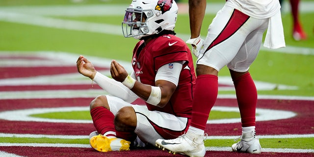 Arizona Cardinals quarterback Kyler Murray (1) celebrates his touchdown against the Minnesota Vikings during the first half of an NFL football game, 일요일, 씨족. 19, 2021, in Glendale, Ariz.
