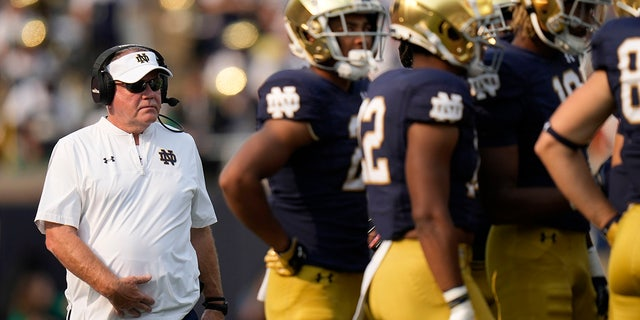 Notre Dame head coach Brian Kelly walks to a huddle as his team plays Toledo in the second half of an NCAA college football game in South Bend, Indiana, sábado, Septiembre. 11, 2021. Notre Dame won 32-29.