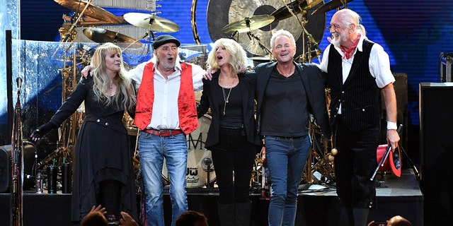 (L-R) Stevie Nicks, John McVie, Christine McVie, Lindsey Buckingham and Mick Fleetwood perform onstage during MusiCares Person of the Year honoring Fleetwood Mac at Radio City Music Hall on January 26, 2018 ニューヨーク市で.