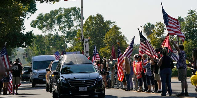A hearse carrying the body of United States Marine, Lanza Cpl. Kareem M. Nikoui makes its way among the main thoroughfare Friday, Septiembre. 17, 2021, in Norco, Calif. Nikoui along with ten additional Marines, one Navy corpsman and one soldier were killed Aug. 26, 2021, as the result of an enemy attack while supporting evacuation operations outside the Hamid Karzai International Airport Kabul, Afganistán. (Foto AP / Marcio José Sánchez)